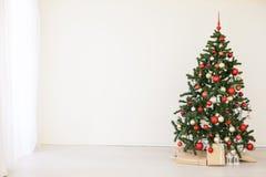 与红色礼物的圣诞树在绝尘室圣诞节 免版税库存照片