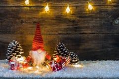 与红色礼物盒和圣诞节地精的圣诞节装饰 免版税库存图片