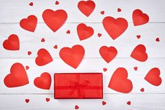 与红色礼物盒和纸心脏的情人节背景 免版税库存照片