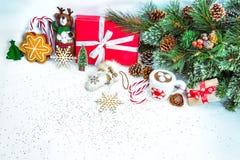 与红色礼物盒的圣诞节背景 免版税库存图片