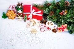 与红色礼物盒的圣诞节背景 库存图片