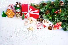 与红色礼物盒的圣诞节背景 免版税库存照片