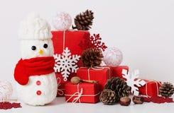 与红色礼物盒的雪人装饰 免版税库存图片