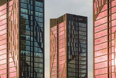与红色窗口的现代建筑学门面 库存图片