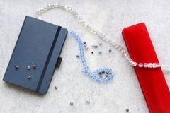 与红色箱子的蓝色copebook 图库摄影