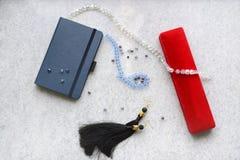 与红色箱子的蓝色copebook 库存照片