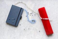 与红色箱子的蓝色copebook 免版税图库摄影