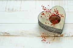 与红色精美花的葡萄酒心形的蜡烛台,华伦泰,母亲` s天 免版税图库摄影
