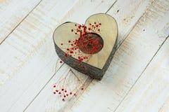 与红色精美花的葡萄酒心形的鞋带蜡烛台,华伦泰,母亲` s天 免版税库存图片