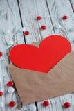 与红色纸心脏华伦泰卡片的简单的信封 库存照片