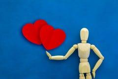 与红色纸心脏形状的木人形象 JPG 图库摄影
