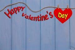 与红色纸心脏的愉快的情人节 免版税库存图片