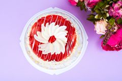 与红色结冰和白色巧克力的自创蛋糕在明亮的色的背景 库存图片