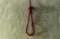 与红色绳索非陷阱的可怕和死亡概念在水泥的死亡的 库存照片