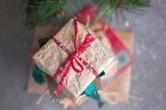 与红色缎丝带的圣诞节礼物 库存照片