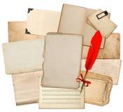 与红色羽毛墨水笔的古色古香的纸板料 半新纹理和 免版税图库摄影