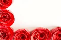 与红色肥皂玫瑰的框架在白色背景 库存照片