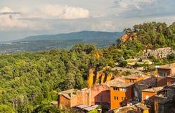 与红色色的山的Rousillon 法国 库存图片