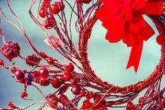 与红色花圈和弓的圣诞节背景 免版税库存图片