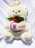 与红色花的玩具熊 库存图片