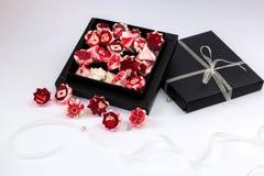 与红色花的蛋白甜饼桃红色在黑匣子 库存图片