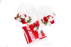 与红色花装饰的水晶玻璃 库存照片
