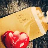 与红色芳香蜡烛的华伦泰信件,定调子 图库摄影