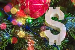 与红色葡萄酒球装饰和木美元的符号-假日背景的绿色圣诞树 库存图片