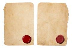 与红色蜡封印的老羊皮纸信件集合 图库摄影