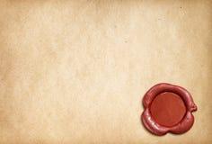 与红色蜡封印的老羊皮纸信件 图库摄影