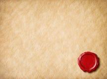 与红色蜡封印的老羊皮纸 图库摄影