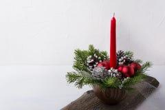 与红色蜡烛和装饰品焦点的圣诞节背景 库存照片