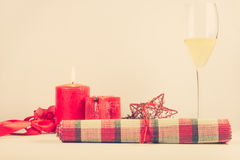与红色蜡烛的圣诞节安排 库存图片