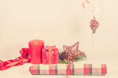 与红色蜡烛的圣诞节安排 图库摄影