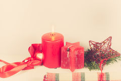 与红色蜡烛的圣诞节安排 免版税库存照片