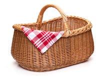 与红色被检查的餐巾的柳条野餐篮子 免版税图库摄影