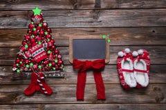 与红色装饰和一条空的蟒蛇的木圣诞节背景 免版税图库摄影