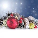 与红色装饰品、诗歌选和雪花的圣诞节背景 免版税图库摄影