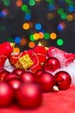 与红色装饰品、金黄礼物盒和fi的圣诞节背景 免版税库存照片