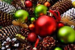 与红色装饰品、绿色球和杉木co的圣诞节背景 库存图片