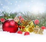 与红色装饰品和礼物盒的圣诞节边界 免版税库存图片