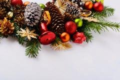 与红色装饰品和装饰的杉木锥体的圣诞节背景 免版税库存照片