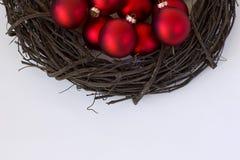 与红色装饰品的木藤花圈 免版税图库摄影