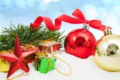 与红色装饰品礼物盒莓果的圣诞节背景和 库存图片