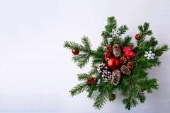 与红色装饰品装饰的花圈的圣诞节背景 免版税库存图片