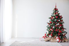 与红色装饰新年礼物的圣诞树 免版税图库摄影