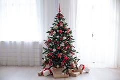 与红色装饰新年礼物的圣诞树 库存照片