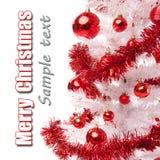 与红色装饰的白色圣诞节结构树 图库摄影