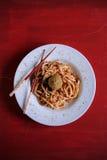 与红色调味汁pesto和软的boile蛋面包渣的乌龙面面条 免版税库存图片