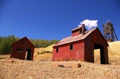 与红色谷仓的开采的井塔 免版税库存照片
